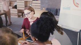 女队领导引导同事在工作 女性女实业家讲话在不同种族的办公室配合会议上 4K 股票视频