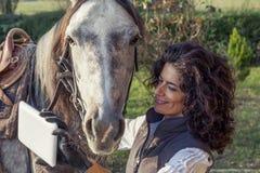 女骑士采取与他的马的一selfie 库存照片