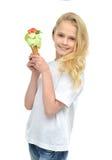 年轻女婴准备好吃在wa的绿色开心果冰淇凌 免版税库存图片