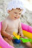 女婴可膨胀的一点池游泳 免版税库存图片