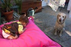 女婴和拉布拉多猎犬 免版税库存图片