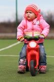 女婴和第一辆自行车 图库摄影