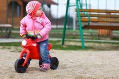 女婴和第一辆自行车 库存照片