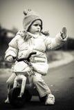女婴和第一辆自行车 免版税库存照片