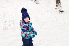 女婴在冬天公园 库存照片
