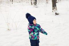 女婴在冬天公园 图库摄影