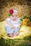 女婴在干草堆 图库摄影