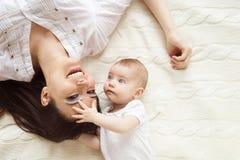女婴她的小母亲 库存图片