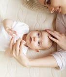 女婴她的小母亲 免版税库存照片