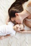 女婴她的小母亲 库存照片