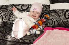 女婴她的藏品孤立可爱的母亲我的小孩白色 免版税图库摄影