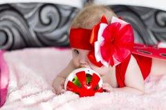 女婴她的藏品孤立可爱的母亲我的小孩白色 免版税库存照片