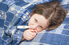 女婴是病与流行性感冒 免版税图库摄影