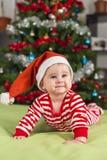 女婴查寻圣诞老人的帮手 免版税库存图片