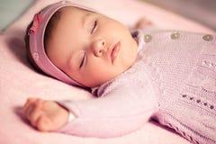 女婴睡觉 免版税库存照片