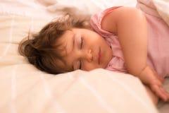 女婴睡觉 免版税图库摄影