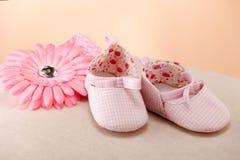 女婴粉红色鞋子 免版税库存照片