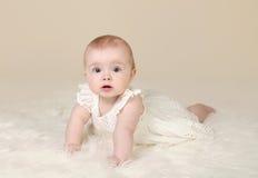 女婴肚子时间微笑 免版税库存图片
