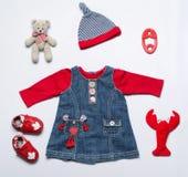 女婴衣裳和玩具材料顶视图时尚时髦神色  免版税图库摄影