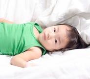 女婴采取休息 免版税库存图片