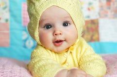 女婴戴头巾毛线衣 库存照片
