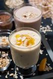 奶昔用巧克力和芒果在玻璃,垂直 库存照片
