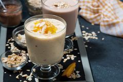 奶昔用巧克力和芒果在玻璃 图库摄影