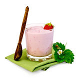 奶昔用草莓和匙子在餐巾 图库摄影