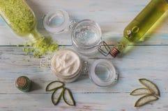 奶油、胶凝体和芦荟维拉腌制槽用食盐 与自然成份的自创温泉 库存照片