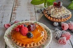 奶油和巧克力蛋糕用莓果 库存照片