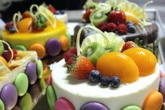奶油甜点蛋糕和冠上用新鲜水果 免版税图库摄影