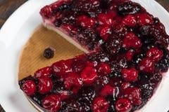 奶油甜点蛋糕用在木背景的莓果 免版税库存照片