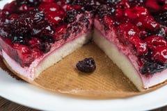 奶油甜点蛋糕用在木背景的莓果 免版税库存图片