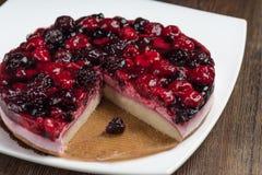 奶油甜点蛋糕用在木背景的莓果 库存照片