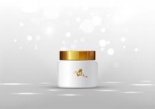 奶油的化妆瓶 在灰色背景的白色瓶子和金光滑的盒盖广告的 库存图片