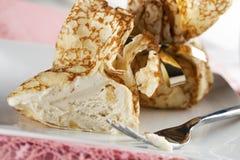奶油绉纱被装载的冰 免版税图库摄影