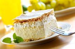 奶油色乳蛋糕酥皮点心 库存图片