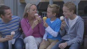 奶油色享用的冰 股票视频