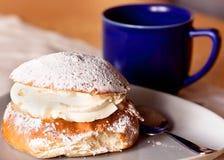 奶油色典型semla瑞典的甜点 库存照片