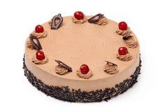 奶油色可可粉蛋糕用在白色背景的樱桃 免版税库存图片