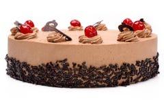 奶油色可可粉蛋糕用在白色背景的樱桃 免版税库存照片