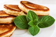 奶油色叶子薄菏薄煎饼变酸 库存图片