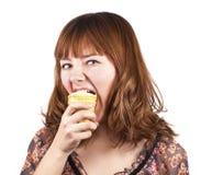 奶油色吃传神滑稽的女孩冰纵向 免版税库存照片