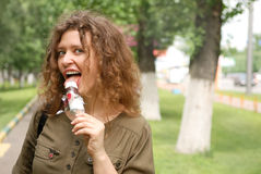 奶油色吃冰妇女年轻人 免版税库存照片