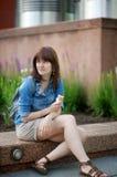奶油色吃冰妇女年轻人 免版税库存图片