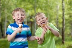 奶油色吃冰开玩笑室外鲜美年轻人 免版税库存照片