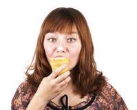 奶油色吃女孩冰可笑微笑 免版税库存照片