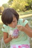 奶油色吃女孩冰年轻人 图库摄影