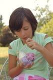 奶油色吃女孩冰户外 免版税库存照片