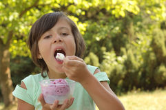 奶油色吃女孩冰 库存照片